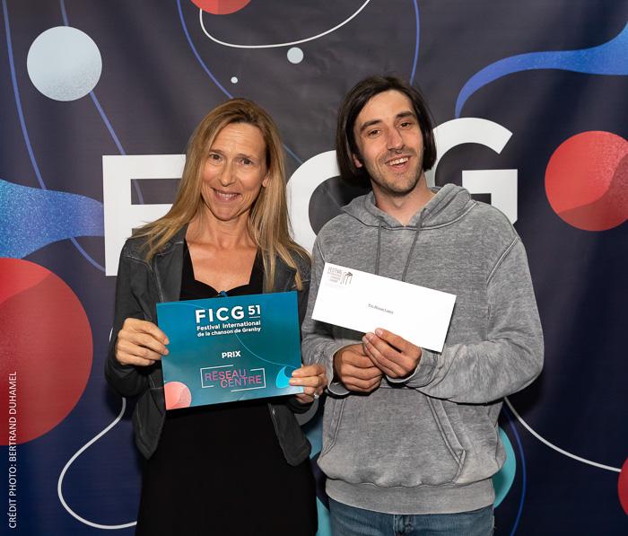 La directrice de Réseau Centre, Brigitte Messier, accompagnée du lauréat du prix Réseau Centre, Guillaume Bordel.